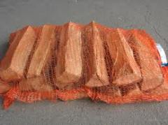 Колотые дрова в сетках твердых пород