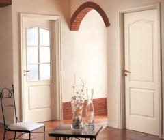 Двери межкомнатные разных размеров и расцветки