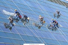 Мытье окон и фасадов высотных домов